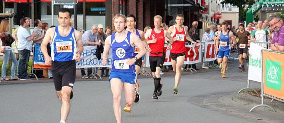 Zwar muss niemand, der am Samstag den Volksbanken-Nightrun in Harsewinkel besuchen will, die Entscheidung Laufen oder Fußball treffen, denn der 10-km-Lauf wurde um 55 Minuten auf 19.35 Uhr vorgezogen. Laufen […]